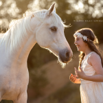 Schimmel; Araber; Portrait; Abendlicht; Doppelportait; Mädchen; Kleid; Pferdefotograf; Pferdefotografie; Pferd; Pony; Horse; Equus; Equestrian; Equine; photography; photographer; animal; Pferdefotoworkshop; Pferdefotografieworkshop; Workshop; Fotoworkshop