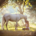 Lusitano; Schimmel; Iberer; Abendlicht; Mädchen; Doppelportrait, Romantik; Pferdefotograf; Pferdefotografie; Pferd; Pony; Horse; Equus; Equestrian; Equine; photography; photographer; animal; Pferdefotoworkshop; Pferdefotografieworkshop; Workshop; Fotoworkshop