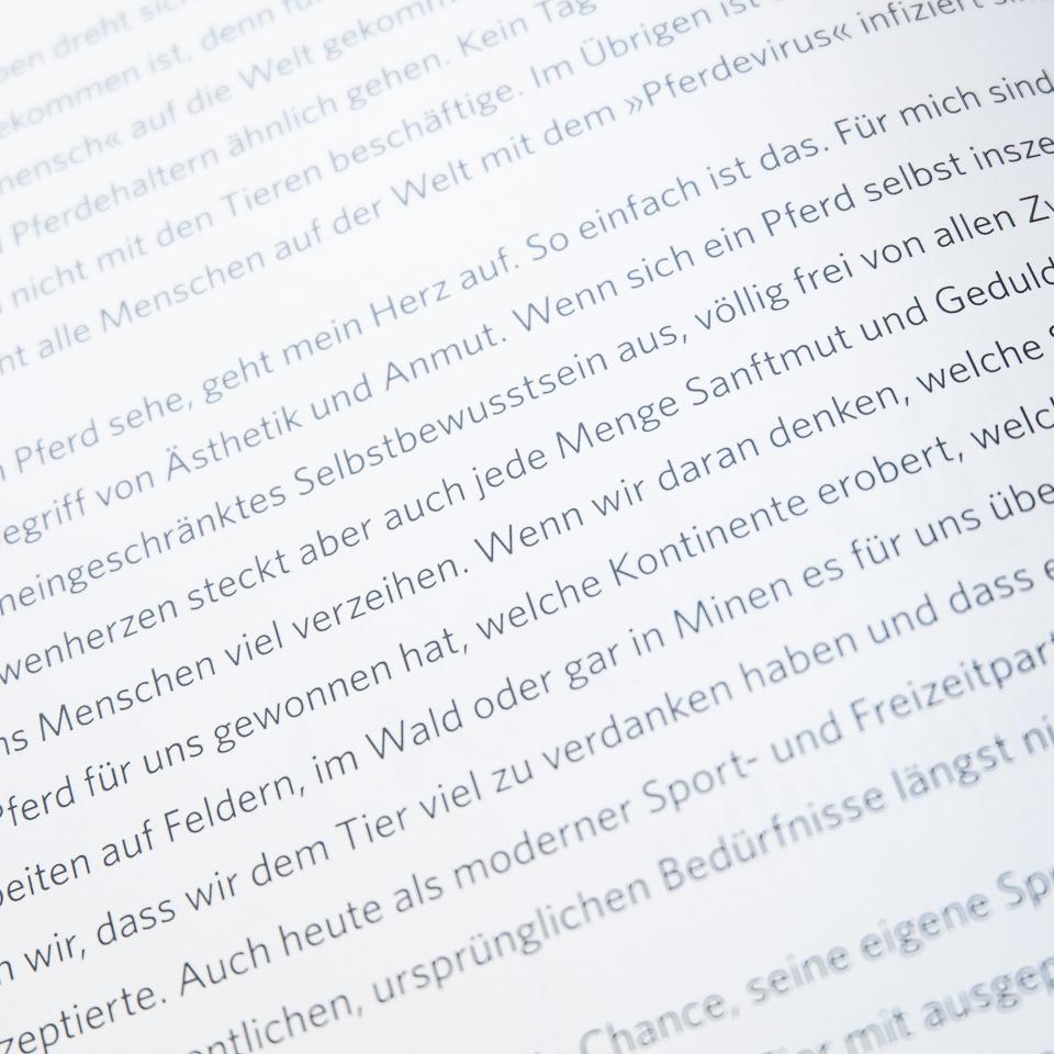 Die Texte sind in Deutsch und Englisch geschrieben.